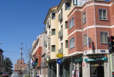 Edificio para exposición, venta de muebles y viviendas en Avd. Emilio Romero. Arévalo
